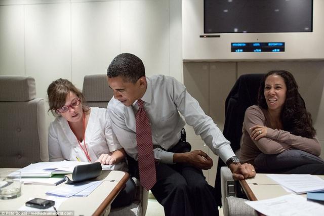 Những bức ảnh do bà Alyssa công bố đã cho thấy những khoảnh khắc đời thường giản dị của ông Obama - người đã có 8 năm làm việc tại Nhà Trắng trước khi rời đi vào tháng 1 năm nay. Trong ảnh: Ông Obama ngồi trên ghế của trợ lý Alyssa khi cả hai đáp chuyến bay từ Ghana về Mỹ.