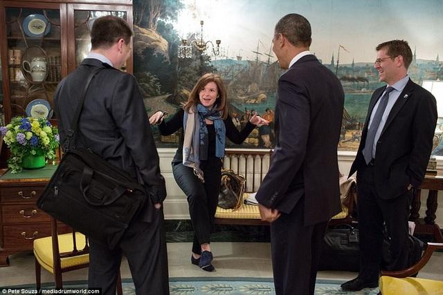 """Trong cuốn sách của mình, Alyssa đã kể về quãng thời gian cô ở bên cạnh cựu Tổng thống Obama và trở thành """"cánh tay phải"""" cho vị tổng thống người Mỹ gốc Phi đầu tiên trong lịch sử. Trong ảnh: Ông Obama cùng các trợ lý cười đùa vui vẻ khi Alyssa """"tạo dáng"""" thành hình con nhím."""