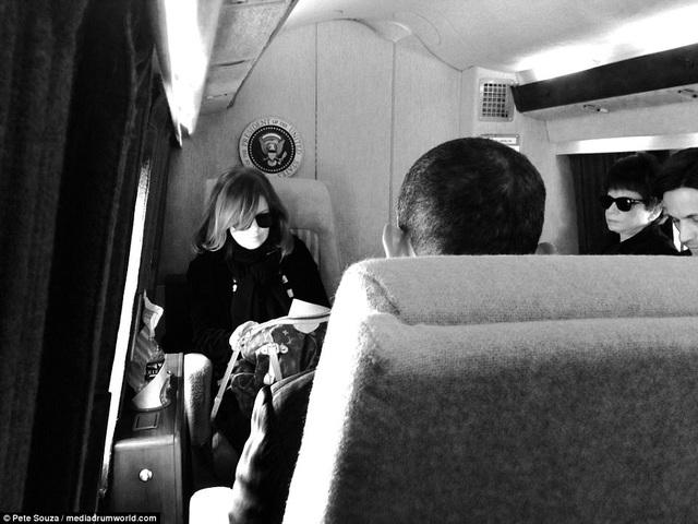 Alyssa đã tháp tùng ông Obama tới nhiều nơi trên thế giới, từ Afghanistan, cho tới Nga, Trung Quốc. Alyssa từng là người phụ nữ trẻ nhất đảm nhận vị trí Phó Chánh Văn phòng Nhà Trắng khi cô mới 34 tuổi. Trong ảnh: Alyssa ngồi đối diện cựu Tổng thống Obama trên chuyên cơ trong một chuyến công tác.