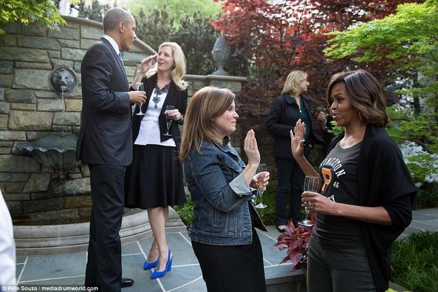 Không chỉ ông Obama, Alyssa cũng rất gần gũi với cựu Đệ nhất phu nhân Michelle. Trong ảnh: Alyssa và bà Michelle đập tay trong khi ông Obama trò chuyện cùng một người khác tại một sự kiện ngoài trời.