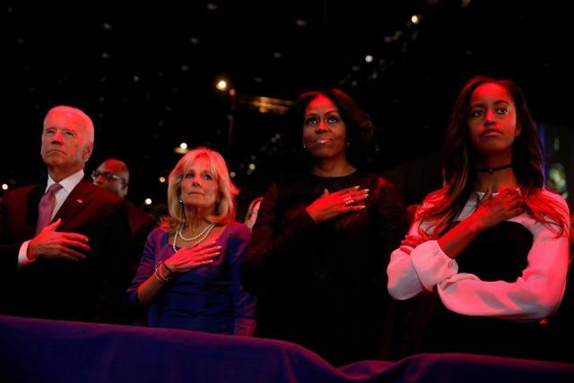 Phó Tổng thống Joe Biden (trái) cùng phu nhân và Đệ nhất Phu nhân Michelle Obama cùng con gái lắng nghe bài phát biểu (Ảnh: Reuters)
