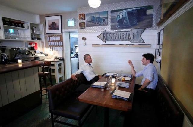 Cựu Tổng thống Barack Obama ăn tối cùng Thủ tướng Canada Justin Trudeau trong không gian ấm cúng tại một nhà hàng nhân chuyến thăm của cựu lãnh đạo Mỹ tới Montreal, Quebec, Canada hôm 5/6. Đây cũng là lần đầu tiên ông Obama gặp lại người bạn cũ Trudeau kể từ khi rời khỏi Nhà Trắng.