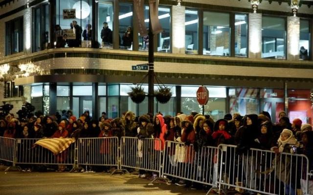 Mọi người chờ đợi trong giá lạnh bên ngoài nơi ông Obama sẽ phát biểu (Ảnh: Reuters)