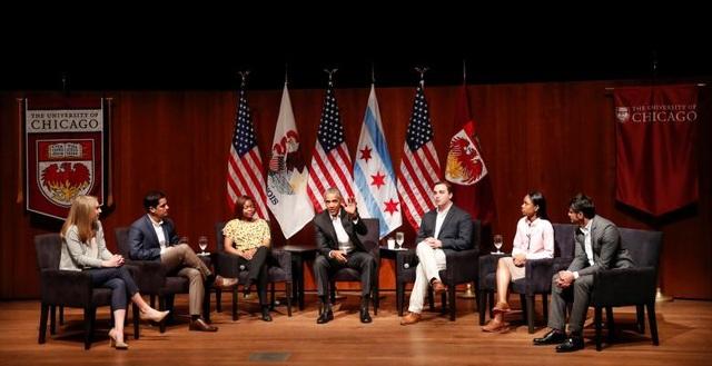 Cựu Tổng thống Obama trò chuyện cùng các nhà lãnh đạo trẻ tại Đại học Chicago ở Chicago, bang Illinois hồi tháng 4.