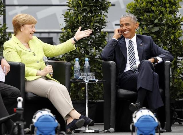 Ông Obama cười rạng rỡ khi trò chuyện cùng Thủ tướng Đức Angela Merkel trong một sự kiện được tổ chức trước Cổng Brandenburg ở thủ đô Berlin, Đức ngày 25/5.