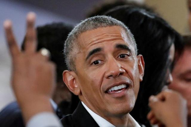 Ông Obama chào hỏi người hâm mộ sau khi phát biểu tại một sự kiện cộng đồng ở Trung tâm Tổng thống Obama ở Chicago, bang Illinois, Mỹ ngày 3/5.