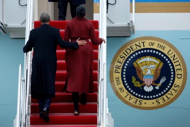 Vợ chồng cựu Tổng thống Obama bước lên chuyên cơ rời Nhà Trắng hôm 20/1, chính thức chuyển giao quyền điều hành đất nước cho chính quyền Tổng thống Donald Trump.