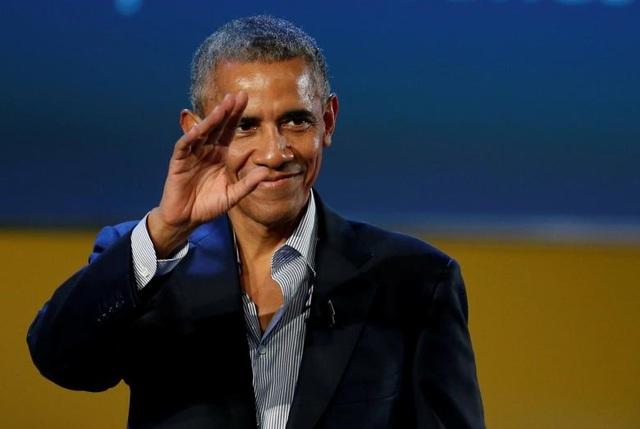 Ông Obama vẫy tay chào khán giả sau khi phát biểu tại Hội nghị Sáng kiến Thực phẩm Toàn cầu diễn ra tại Milan, Italy ngày 9/5. Tại mỗi nơi ông xuất hiện, cựu tổng thống Mỹ đều được người dân chào đón nồng nhiệt.