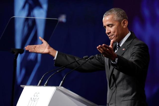 Là một trong những nhà lãnh đạo có tài nói chuyện trước đám đông, cựu Tổng thống Obama thường được mời tới nhiều sự kiện để diễn thuyết về nhiều chủ đề khác nhau. Trong ảnh: Ông Obama diễn thuyết tại một sự kiện do Phòng Thương mại Montreal tổ chức tại Montreal, Quebec, Canada ngày 6/5.