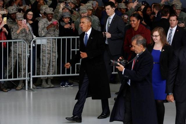 Ông Obama chào các nhân viên và những người ủng hộ trước khi bước lên chuyên cơ Speacial Air Mission 28000 tại căn cứ Andrews ở Maryland trong ngày 20/1.
