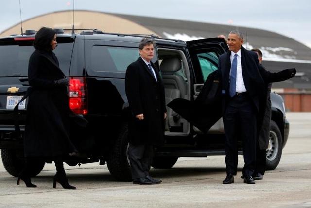 Gia đình Tổng thống Obama chuẩn bị lên Air Force One trở về Chicago. (Ảnh: Reuters)
