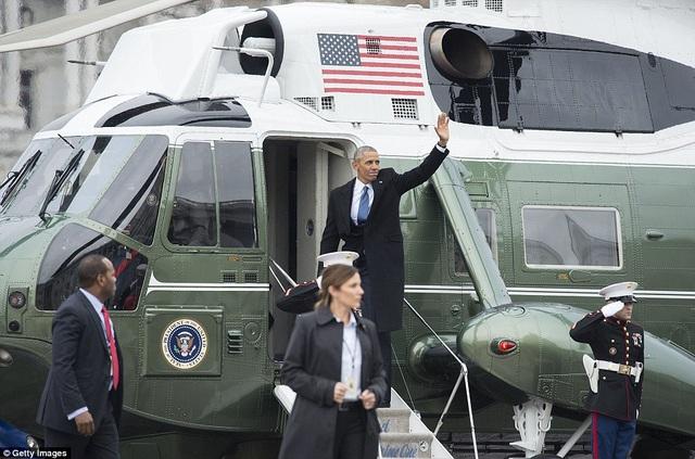 Ông Obama vẫy chào tạm biệt khi bước lên trực thăng. (Ảnh: Getty)