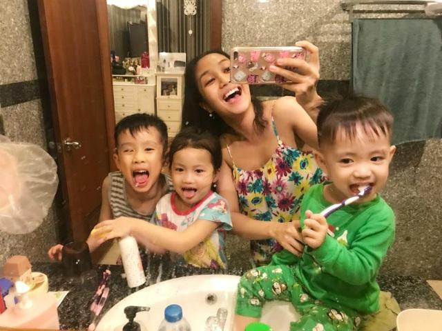 Ốc Thanh Vân đăng tải ảnh các con vui vẻ đánh răng trước khi đi ngủ. Cô chia sẻ dòng trạng thái vô cùng hào hứng: Chào các bạn. Mẹ con mình đi ngủ. Mọi người nhớ đánh răng thật kỹ nha. Cuối tuần này nhà mình bận rộn lắm! Chúc các bạn ngủ ngon nha.