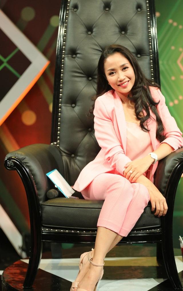 Ốc Thanh Vân diện trang phục toàn màu hồng với mong muốn mang đến màu sắc tươi mới, nhẹ nhàng vì thấy mọi người trong chương trình phá án rất căng thẳng.