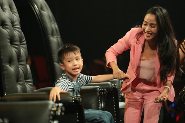 Ốc Thanh Vân khá vui vẻ và hạnh phúc với niềm vui làm mẹ, tự tay chăm sóc các con dù khá vất vả