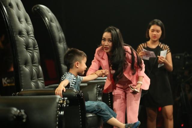 Cậu con trai cả của Ốc Thanh Vân còn nghịch ngợm trèo lên ghế của mẹ trong chương trình
