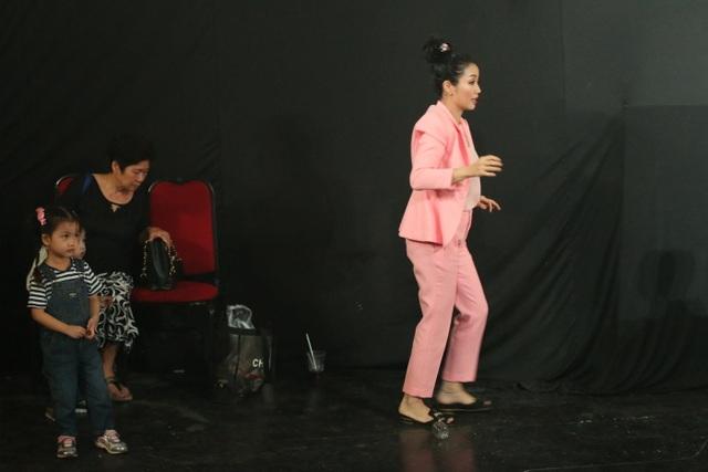 Hình ảnh tất bật của Ốc Thanh Vân tại phim trường khi phải mang theo cả 3 con vừa làm việc vừa chăm sóc các bé. Hình ảnh này của nữ diễn viên thật khiến khán giả bất ngờ và nhiều người cùng nghề thán phục.