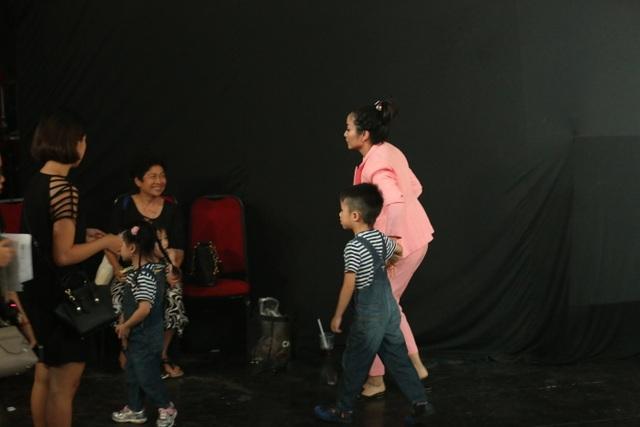 Ngoài những lúc ghi hình trên sân khấu có mẹ giúp giữ các con, khi nghỉ quay Ốc Thanh Vân lại búi tóc, tháo giày cao gót đi dép kẹp để chạy theo giữ các con vì 3 em bé đều rất hiếu động chạy nhảy khắp nơi.