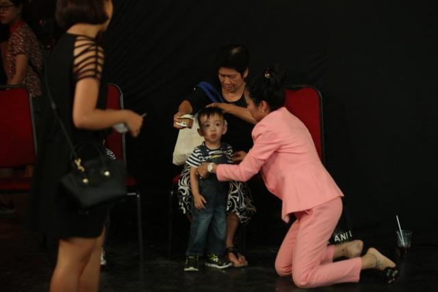 Ốc Thanh Vân vô cùng tất bật khi vừa làm việc vừa phải chăm sóc con ngay tại buổi quay hình.