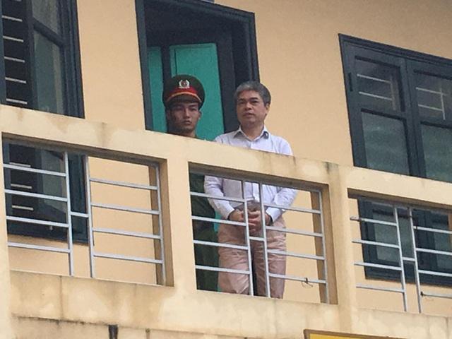 Nguyễn Xuân Sơn được dẫn gải đến HĐXX.
