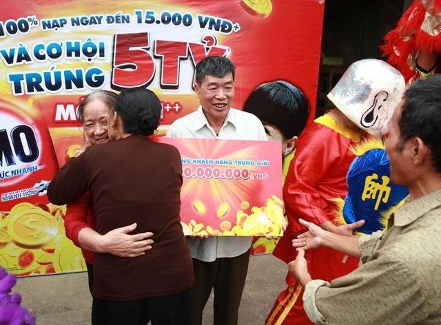 Những cái ôm thật chặt của hàng xóm chúc mừng bà Lý Thị Liên đã trúng giải thưởng OMO 5 tỷ.