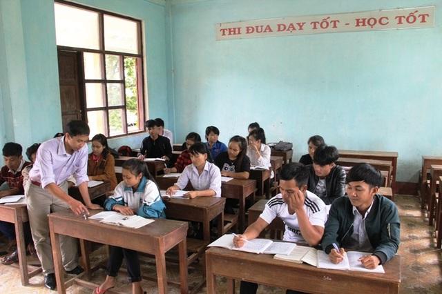 Thầy giáo Lê Viết Ngọc Quỳnh đang hướng dẫn cho các học sinh về phương pháp làm bài thi