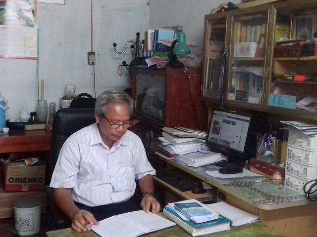 Thầy Anh liên lạc với các thành viên trong nhóm Sen Xanh qua mạng xã hội.