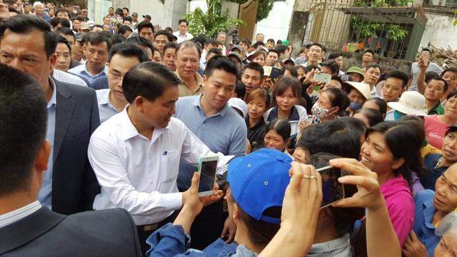 Sau buổi đối thoại, ông Chung trực tiếp tới nhà văn hóa thôn, nơi đang giữ 19 cán bộ, chiến sĩ. Hàng trăm người vây quanh ông Chung với tâm lý thân thiện, vui mừng.