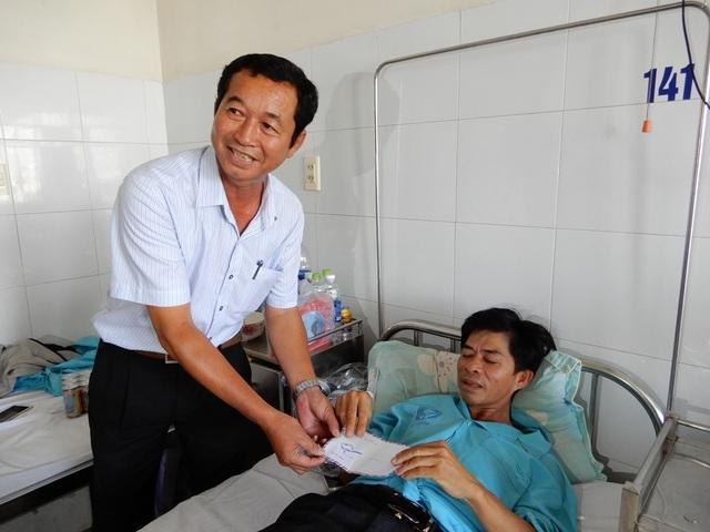 Ông Huỳnh Cự - Phó Chủ tịch UBND quận Ngũ Hành Sơn thăm ông Ngô Mới tại Bệnh viện Đà Nẵng