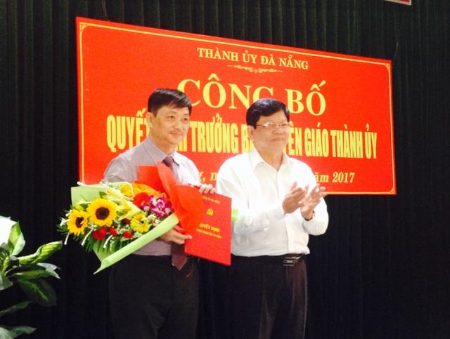 Ông Võ Công Trí, Phó Bí thư Thành uỷ Đà Nẵng tặng hoa chúc mừng ông Đặng Việt Dũng đến nhận nhiệm vụ mới