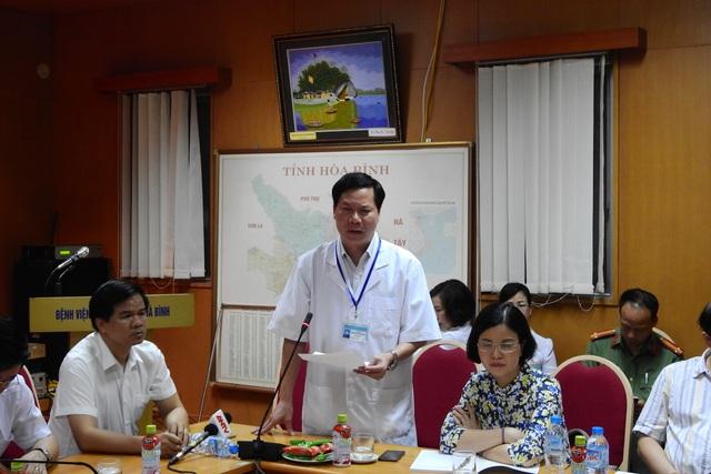 Ông Trương Quý Dương (đứng) trong 1 cuộc họp về sự cố 8 người tử vong khi chạy thận