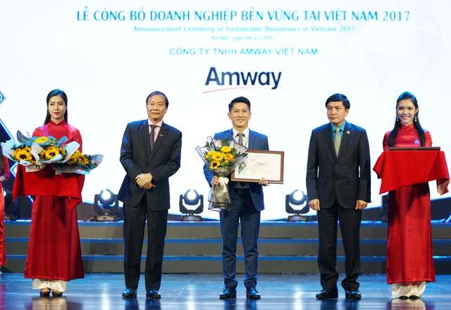 Ông Huỳnh Thiên Triều_Phó Tổng Giám Đốc Amway Việt Nam đại diện doanh nghiệp lên nhận giải Top 100 Doanh nghiệp phát triển bền vững tại Việt Nam năm 2017