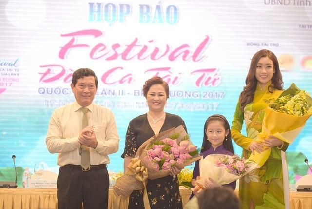 Ông Huỳnh Vĩnh Ái tặng hoa cho Hoa hậu Đỗ Mỹ Linh (ngoài cùng bên phải) và bé Bảo Ngọc.