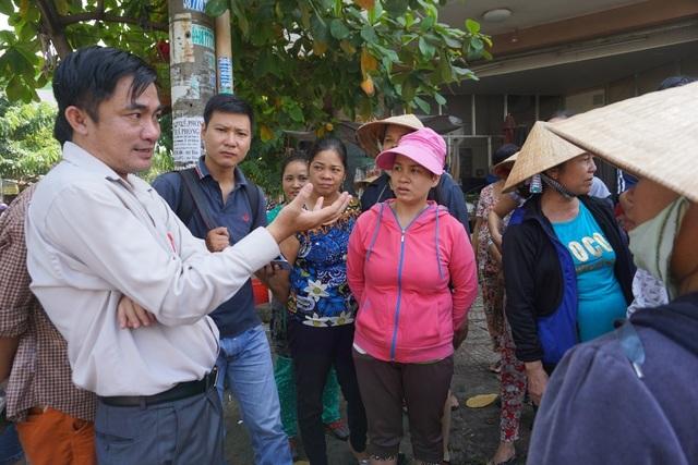 Ông Lê Thanh Bình ghi nhận ý kiến của tiểu thương và nghiên cứu, lấy ý kiến người dân đưa ra phương án phù hợp