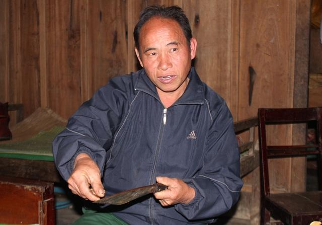 Ông Phia giảng giải về bí quyết nghề rèn của người Mông ở vùng biên xứ Nghệ