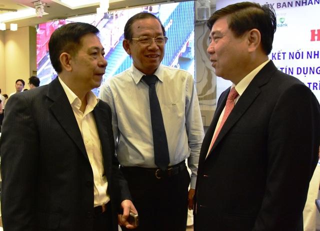 Chủ tịch UBND TPHCM Nguyễn Thành Phong (bên phải) trao đổi cùng các đại biểu bên lề hội nghị