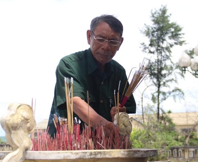 Ông Phan Tư Kỳ thắp hương tại đài tưởng niệm trong Nghĩa trang...