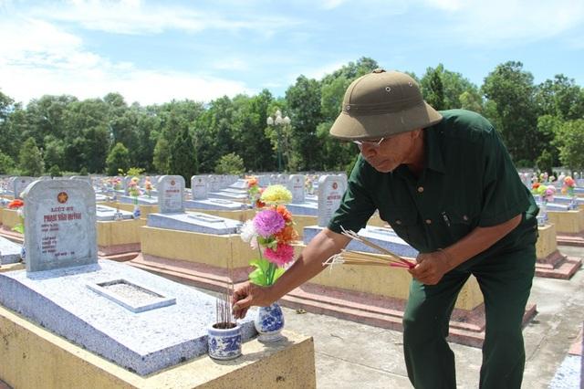 ... và trên phần mộ tri ân các liệt sĩ nhân kỷ niệm 70 năm ngày thương binh, liệt sĩ