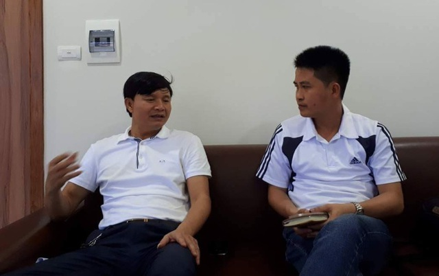 Ông Trần Văn Sỹ, Chủ tịch HĐQT, kiêm Giám đốc Cty vận tải Ôtô Hà Tĩnh (bên trái) cho PV Dân trí biết mỗi năm công ty ông phải nộp phí BOT hơn 430 triệu đồng mặc dù không sử dụng mét đường BOT nào