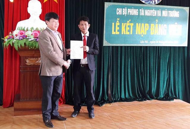 Ông Thủy bên trái bắt tay chúc mừng ông Thông được kết nạp Đảng mới đây.