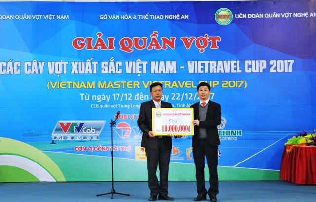 TC giải đã trao tặng 10 triệu đồng ủng hộ Trung tâm bảo trợ xã hội tỉnh Nghệ An.