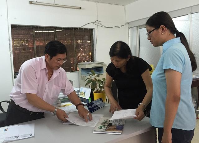 Chuyên viên học vụ trường THPT Nguyễn Du hướng dẫn phụ huynh, học sinh điều chỉnh hồ sơ