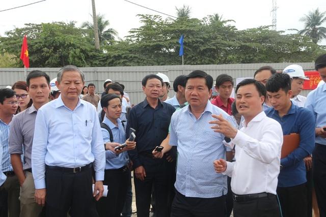 Giám đốc Sở GTVT TPHCM Bùi Xuân Cường (bên phải) cho biết khi nhận thêm mặt bằng sẽ sắp xếp lại công tác thi công