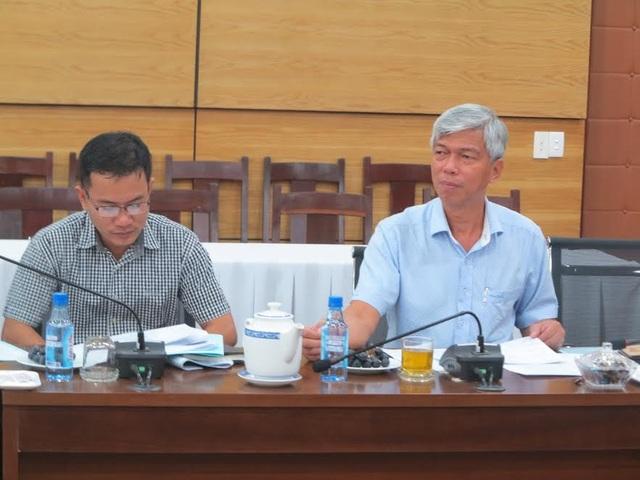 Ông Nguyễn Văn Hoan (bên phải) cho rằng ngành giáo dục TPHCM còn... nóng tính khi tiếp nhận thông tin phản ánh qua đường dây nóng