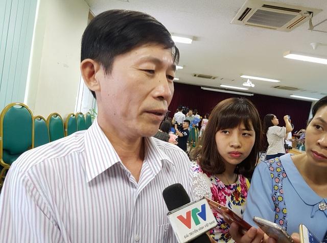 Ông Hoàng Đình Khiếu, Phó Giám đốc BV Đa khoa tỉnh Hòa Bình trực tiếp lên BV Bạch Mai đón bệnh nhân về.