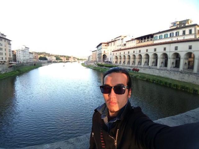 Với camera selfie góc rộng, tha hồ lấy trọn dòng sông và các dãy nhà 2 bên bờ tại Ý.