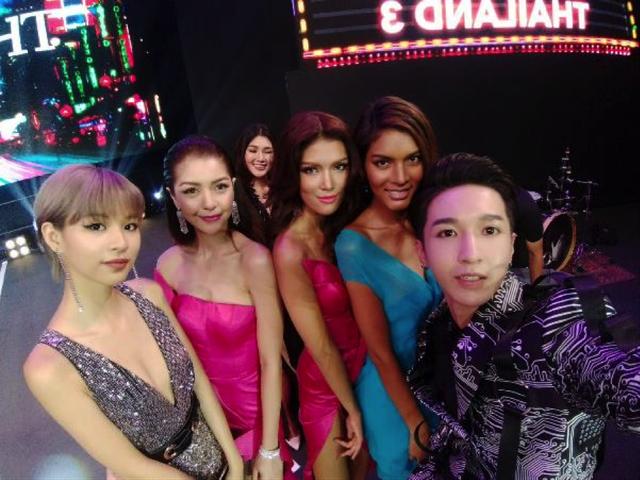 Phí Phương Anh và Monstar ở hậu trường chung kết The Face Thái Lan. Không chỉ ai cũng đẹp, mà không gian sang chảng đằng sau đều được lấy trọn.