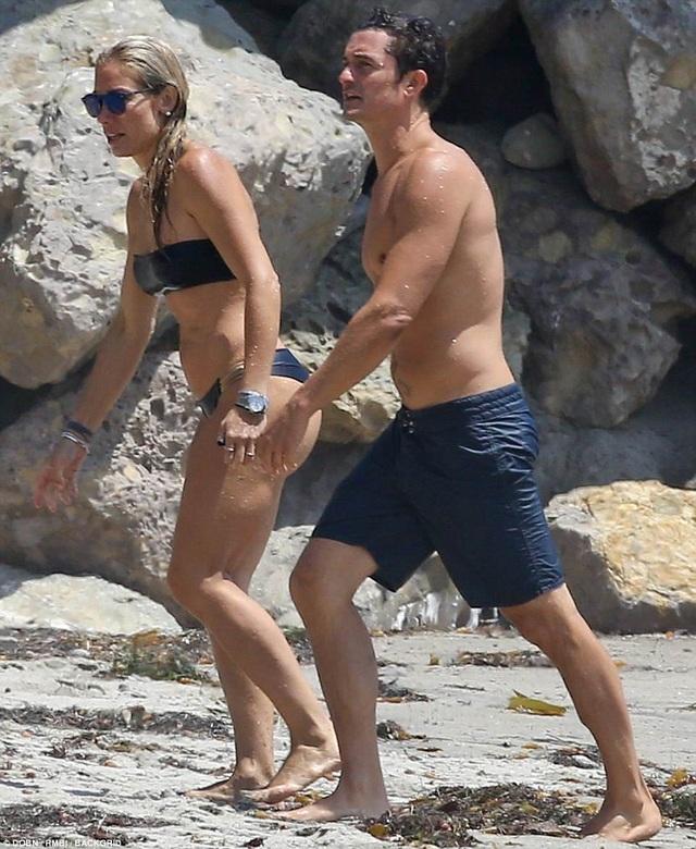 Một ngày sau khi những bức ảnh hò hẹn của Orlando và Katy được đăng tải trên mạng xã hội, nam diễn viên nổi tiếng đã xuát hiện trên bãi biển cùng một cô gái khác.