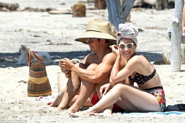 Orlando Bloom tình tứ với một cô gái lạ trên bãi biển Malibu.