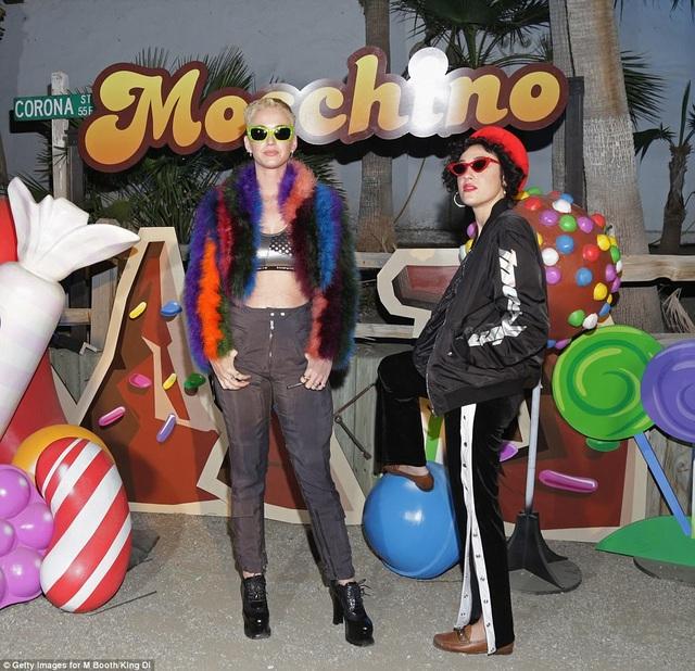 Cô gái đang hò hẹn với Orlando được nhận xét giống hệt với DJ - Mia Moretti, một người bạn thân của Katy Perry.